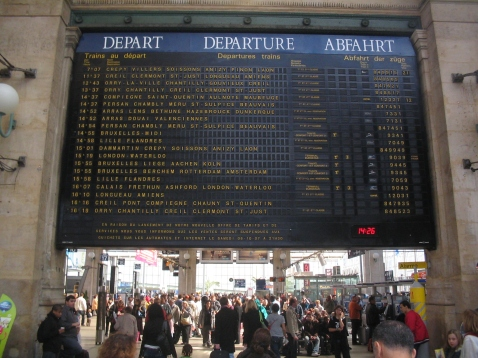 Flap (Solari) display departure board at Gare du Nord, Paris. Fallblattanzeiger Abfahrtstafel Paris, Gare du Nord. Indicateuer des départs à la Gare du Nord, Paris