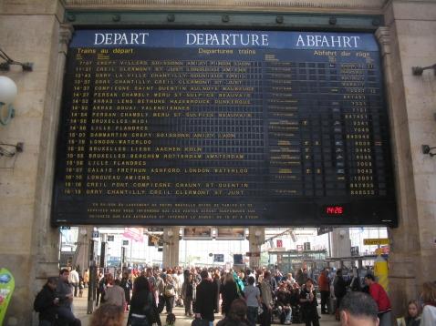 Flap (Solari) display departure board at Gare du Nord, Paris. Fallblattanzeiger Abfahrtstafel Paris, Gare du Nord. Indicateuer des départs à la Gare du Nord, Paris